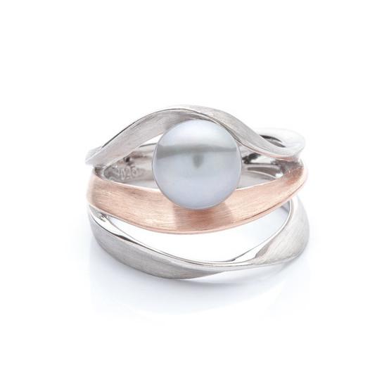 stříbrný prsten s tmavou perlou